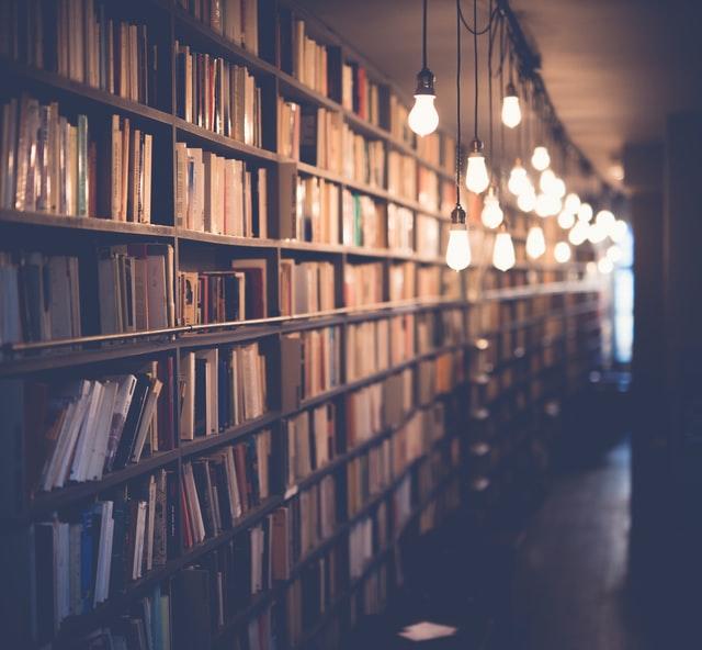 Kirjaston kirjakokoelma.